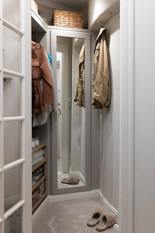Klädkammaren är inte jättestor, men tillräckligt stor för att kallas walk in closet.