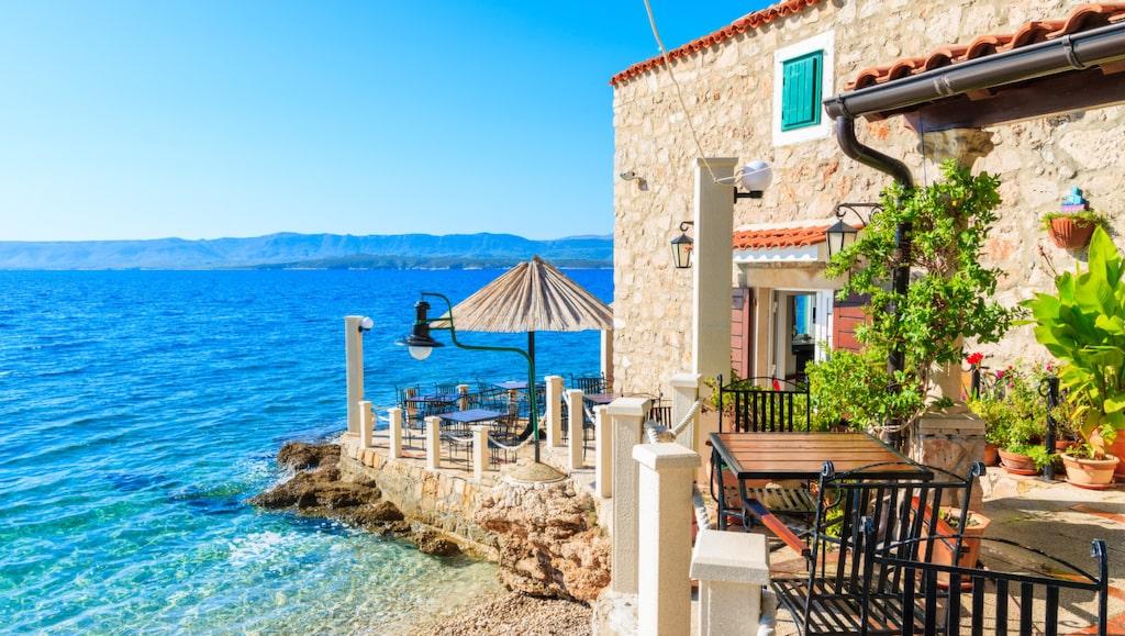 liten kustrestaurang på stranden i bol stad, ön brac, kroatien