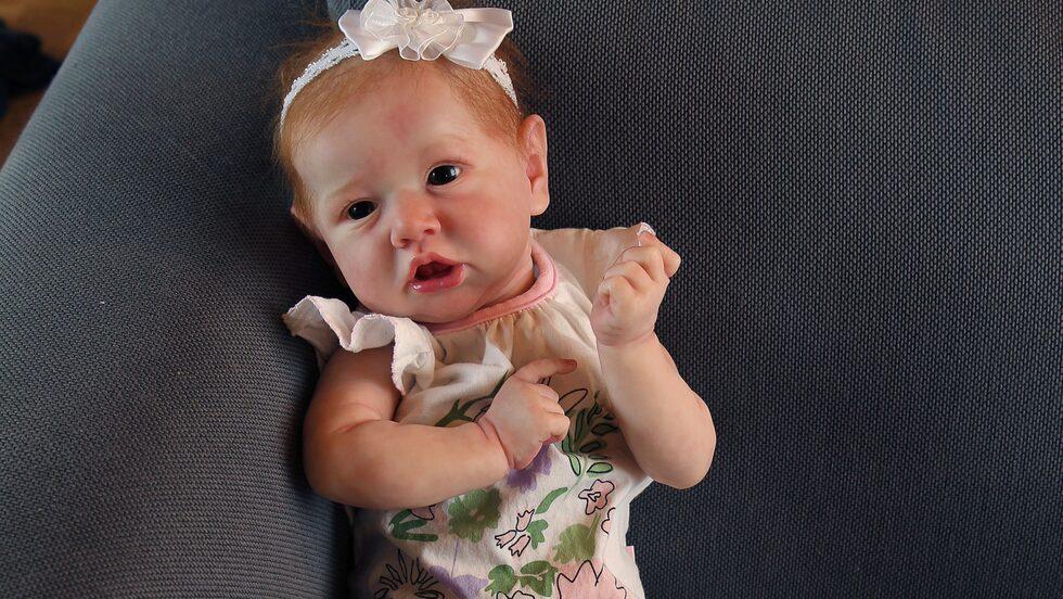 Tove lägger mycket tid på att få dockorna att se så verklighetstrogna ut som möjligt.  Det krävs många lager färg för att ge dockans hud naturliga skiftningar.