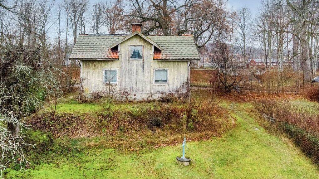 Huset har en tomt på drygt 1 200 kvadratmeter.
