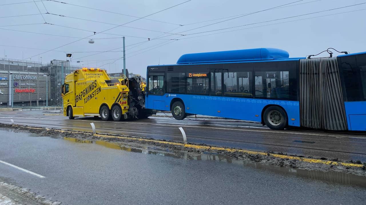 Stopp i spårvagnstrafiken – buss har havererat på bro