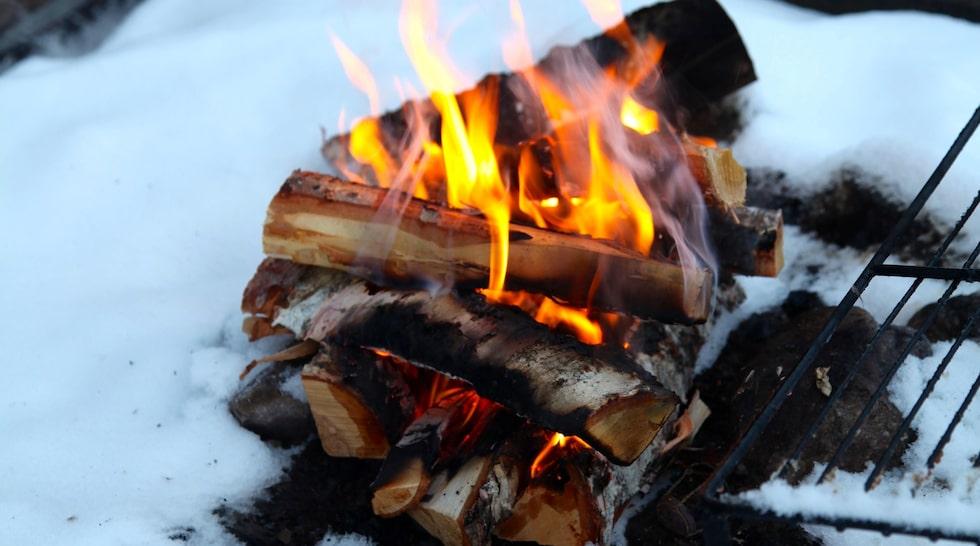 Värmestugan i Tännäskröket. Elden är en naturlig samlingspunkt. Här ses skidåkare för morgonkaffe, korvgrillning vid lunch, och afterski.
