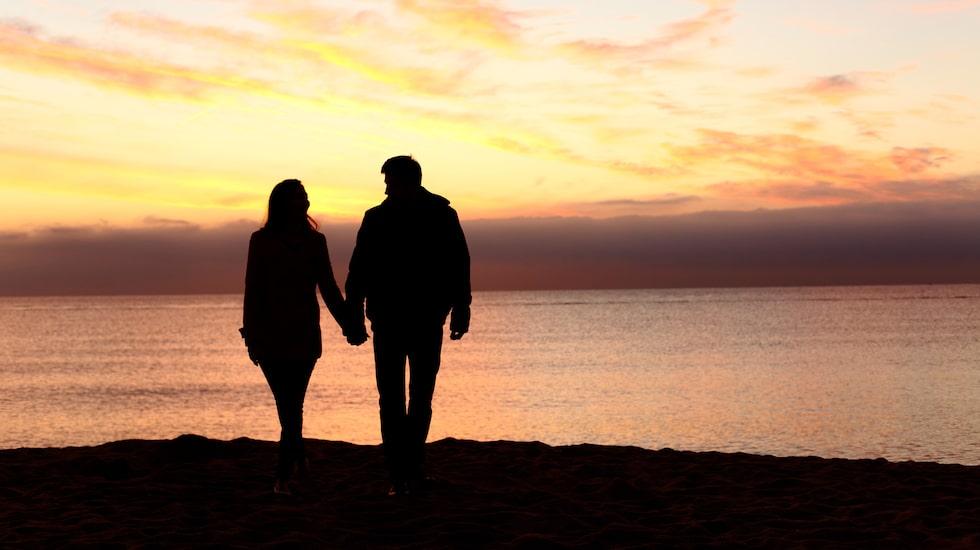Att vandra i solnedgången är höjden av romantik för många.