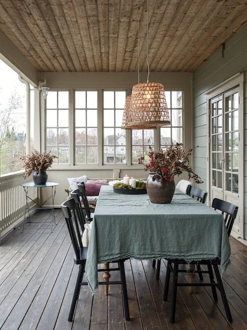 På sidan in mot trädgården finns en stor härlig amerikansk veranda där familjen gärna tillbringar tid året om.