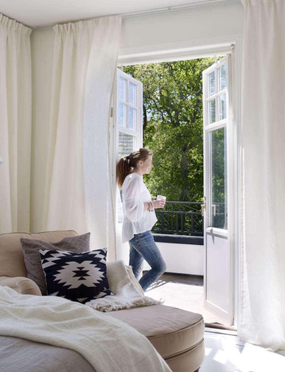 Balkongen förhöjer lyxkänslan i sovrummet. Annette och Fredrik tycker att det är mysigt att vakna och se solen leta sig in genom gardinerna när de fladdrar för vinden.
