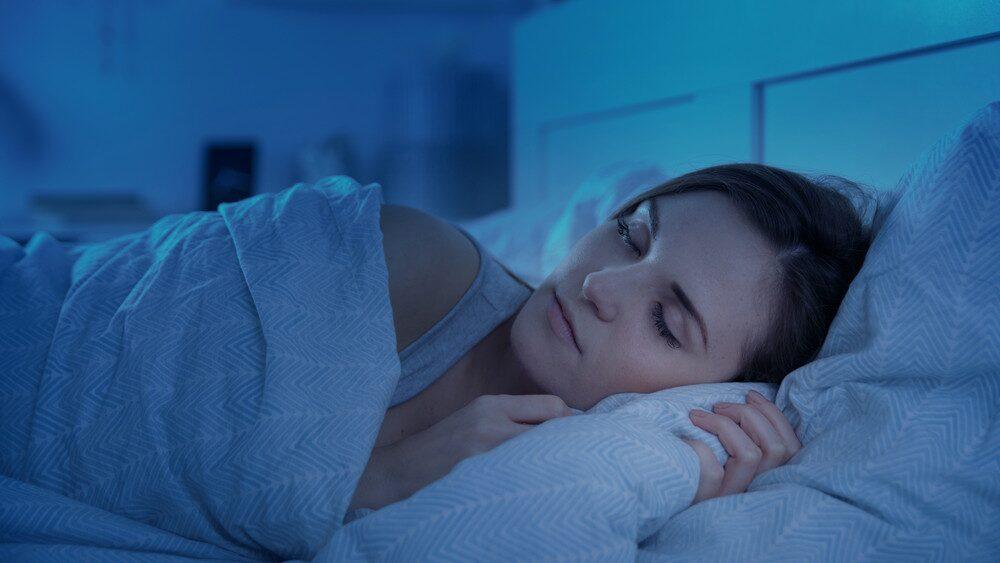 Om du ska välja mellan att sova ytterligare en halvtimme eller gå upp och ta en rask promenad så kommer det sistnämnda ge dig mer energi.