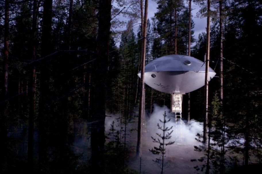 """Vad är det mest ovanliga i Haradsskogen? Jo, ett UFO. Med det i tanke skapade Bertil Harström ett av Tree hotels mest spektakulära rum. Han gjorde också Fågelboet, """"The Bird's nest"""", som ser ut precis som ett sådant. Foto: Peter Lundstrom, WDO - www. treehotel.se"""