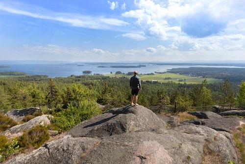 Från Avholmsberget har man utsikt över Dellensjöarna och Dellenbygdens blånande berg.