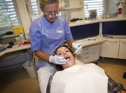 """Anne Haavisto, 39, besöker folktandvården i Vallentuna för att dra ut en tand. Priset blev 750 kronor. """"Det blev inte så farligt dyrt den här gången""""."""