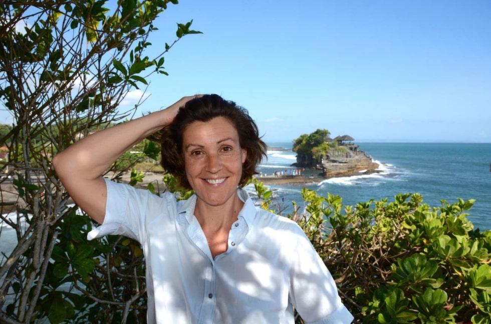 Lottie Knutson vid havstemplet Tanah Lot på Bali.