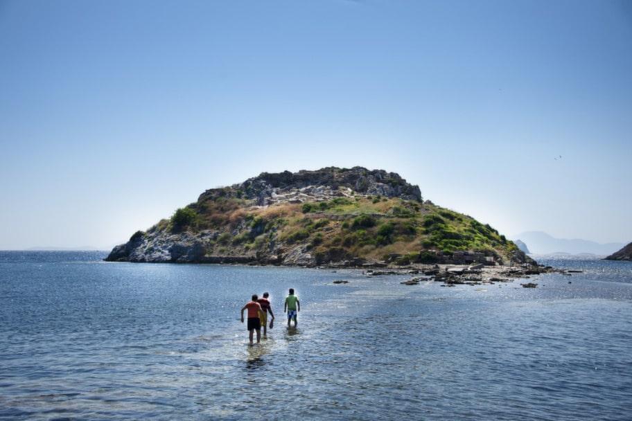 I Gümüslük finns en antik stengata en halvmeter under vattenytan som leder ut till resterna av den antika staden Myndos.<br>