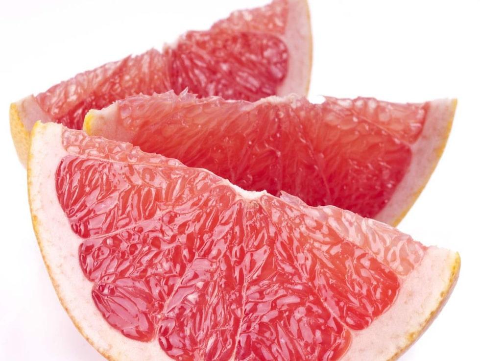 Grapefrukt. Kalorisnål och riktigt syrlig, grapefrukt är en superfrukt som dessutom kan öka fettförbränningen och dämpa din aptit.