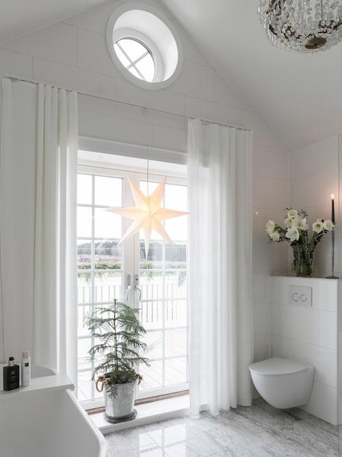 Små julgranar finns i nästan alla rum – även i badrummet.