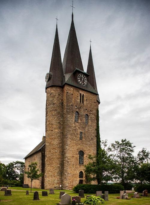 Det är litet Draculakänsla kring Husaby kyrkas stentorn från 1100-talet, särskilt när vädret är dystert. Den byggdes hundra år efter att Olof Skötkonung döptes i en helig källa strax intill av Sankt Sigfrid.