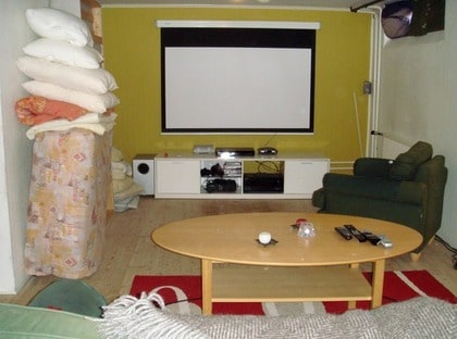 FÖRE: Omysigt. Familjen Lindholms biorum i källaren hade den nödvändiga tekniska utrustningen. Men det saknades sköna möbler, bättre förvaring, bättre belysning och möjlighet att mörklägga ordentligt. Dessutom skulle rummet fungera som gästrum.