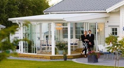 KOMPLETT PAKET. Willab garden Svensk sommar Typ: Svensk sommar är ett uterum på 10 kvadratmeter i en komplett byggsats. I paketet ingår allt du behöver: limträstomme, isolertak och säkerhetsglas. Taket är av pulpetmodell och både tak och stomme är exakt kapade. Höjd inklusive tak och profiler 2426 mm. Max snözon 2. Pris: 25 995 kronor. Info: www.willabgarden.se.