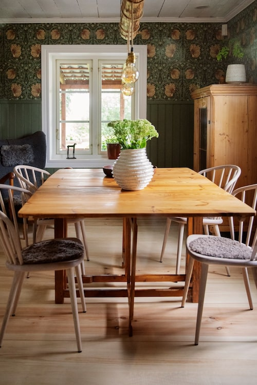 Runt ett gammalt fällbord i matsalen står stolar Holly från Stolab.
