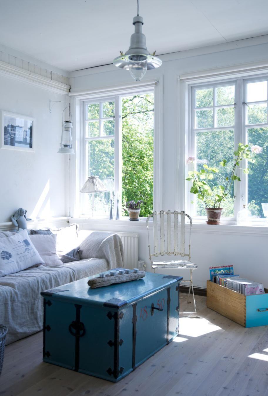 Ljust. Kistan hittade Fia på nätet målad och klar. Lampan i taket är från Ikea. Stolen är av märket Nordal.