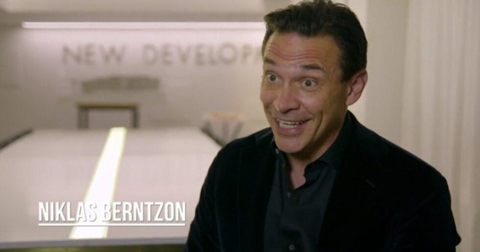"""Det är toppmäklaren Niklas Berntzon från Eklund Stockholm New York som fått i uppdrag att sälja den lyxiga våningen. """"Det här är en lägenhet för någon som vill lyxa till det ordentligt. Den är inte helt enkel att sälja, men cool"""", säger han i kvällens avsnitt av """"Toppmäklarna"""" på Kanal 5."""