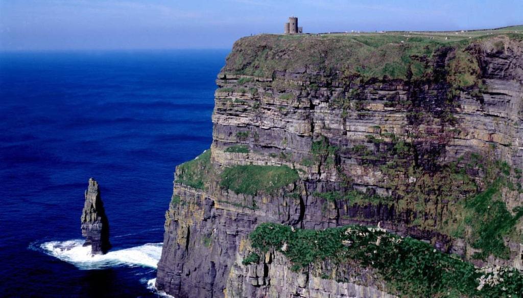 Cliffs of Moher är lika med dramatisk natur och klippor som stupar ner i havet.