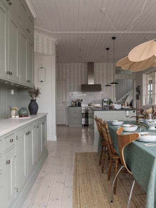 Köket, som är platsbyggt av Vättersnickarna, är en dröm att arbeta i tack vare kombinationen av utrymme, skön atmosfär och modern utrustning. Den stora fläktkåpan är från Fjäråskupan, spis från Smeg.