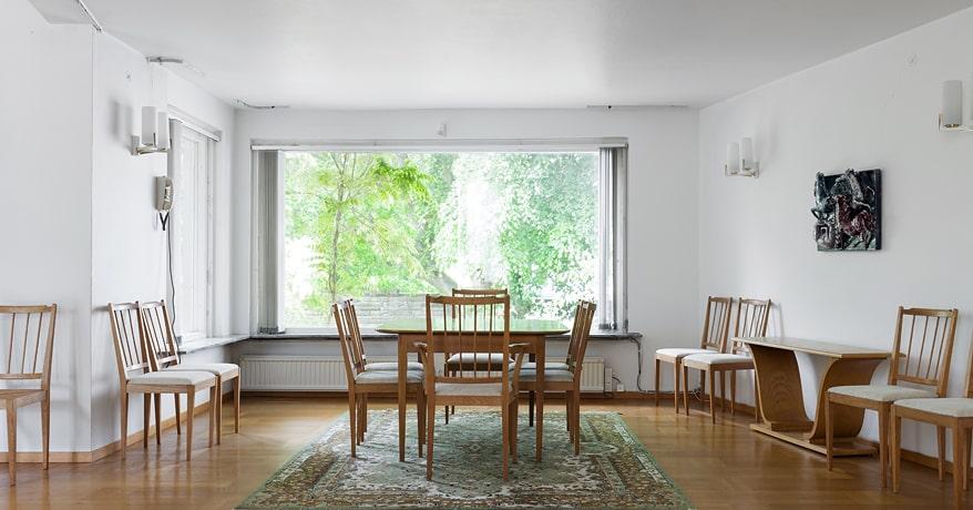 Sällskapsrummet består av matsal med plats för 20 personer samt det avlånga vardagsrummet med ett stort burspråk och en öppen spis på ena kortväggen.