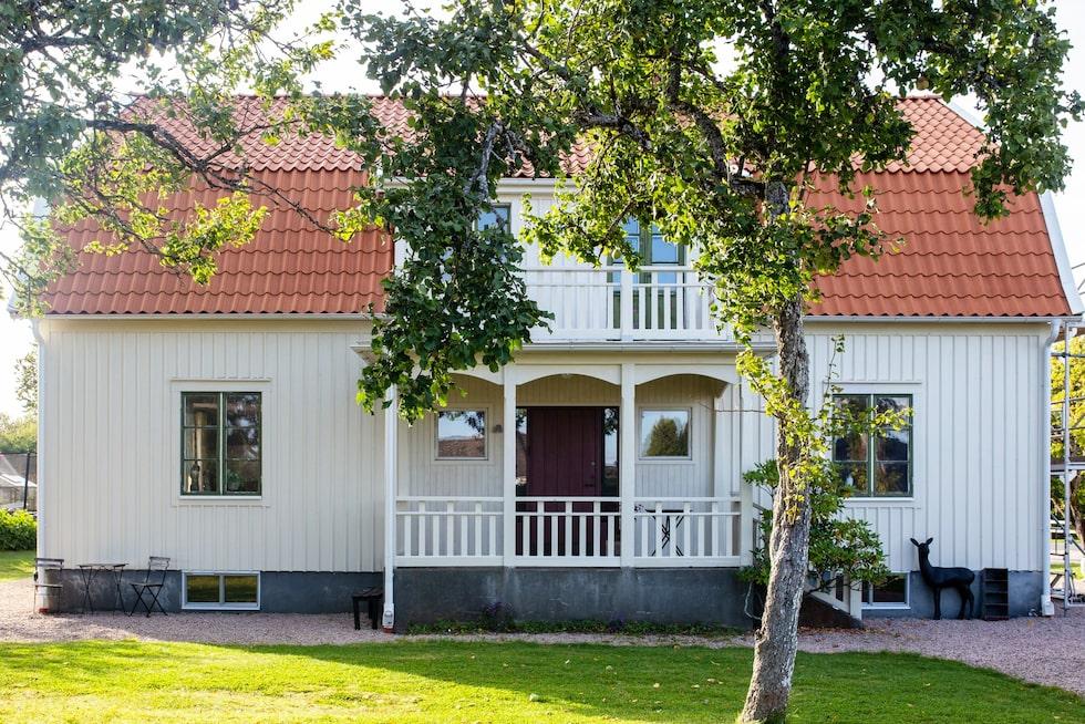 Huset är byggt 1937 och hade stått tomt i många år när Emily och Simon råkade promenera förbi och föll för det.