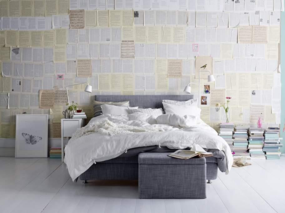 1. Klädd i tyg. Årviksand heter Ikeas nya kontinentalsäng. Stoppad gavel och resårmadrass medföljer, bäddmadrass säljs separat. Ben av rostfritt stål. 180 x 200 centimeter, 7 695 kronor. Förvaringspallen Fjära, 990 kronor, Ikea.
