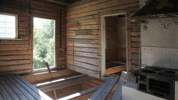 Ett rum som ser ut att ha varit kök, delar av den gamla spisen finns kvar.