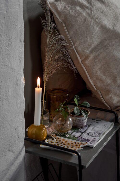 Sängbord, Uniqoo. Litet djurfat och gul ljusstake, Lagerhaus.
