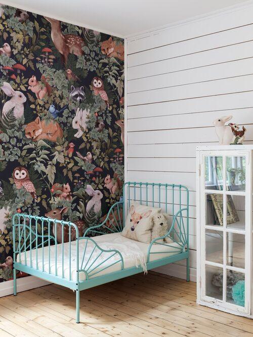 I barnrummet har en vägg har klätts med råspont och en annan med tapeten Woodland från Jimmi Cricket.