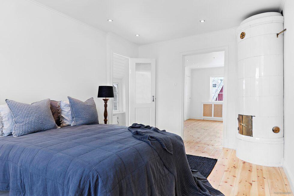 Två av sovrummen har kakelugnar.