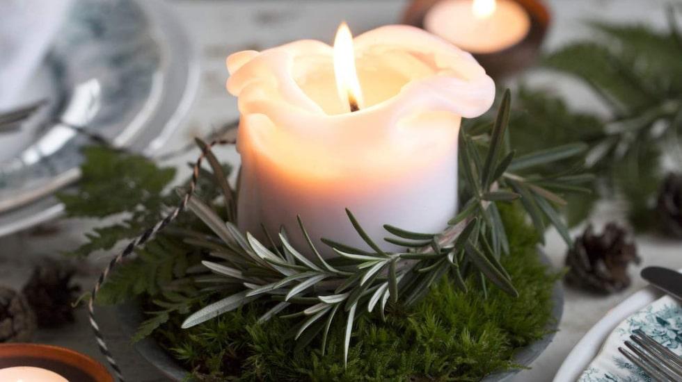 Skapa julstämning med gröna blad, kryddväxter, mossa, kvistar och granris.