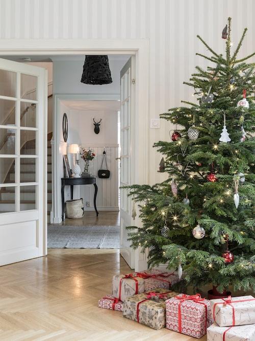 """För Sofia går julen i rött. Hon dekorerar med röda amaryllis i bukett och granen pyntas med kulor i rött. """"Jag tycker att det röda blir så fint till den ljusa basen i vårt hem"""", säger hon."""