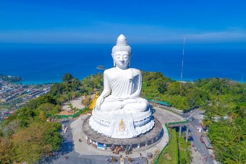 Den gigantiska statyn Big Buddha står högt upp på ett berg med utsikt över Phuket.