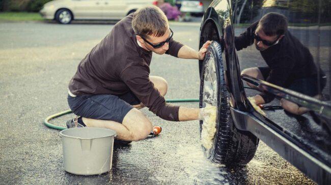 I Jönköping riskerar du att få betala 10 000 kronor om du fultvättar bilen på gatan.