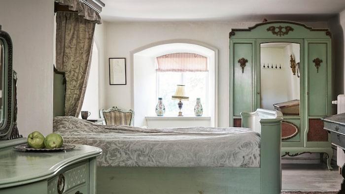 Ett av elva sovrum, denna i grönt och vitt.