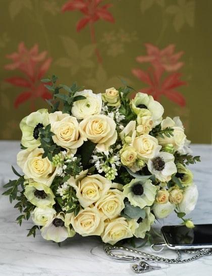 MJUKA TONER. Löst bunden ljuvlig bukett av rosor, ranunkel, syren och anemoner som både har karaktär och en naturlig look.