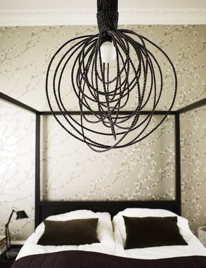 Visp i taket. Taklampa Vispen i abaccafiber och ståltråd, 60 cm i diameter, 1 400 kronor, Dome. Sänglampa, 389 kronor, Granit. Himmelsäng, Hana, 9 250 kronor, Room. Sammetskuddar Sanela, 129 kronor, Ikea.