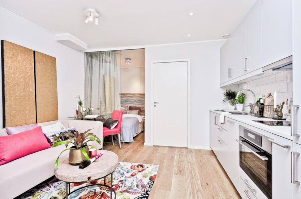 """Enligt bostadsannonsen är lägenheten """"Compact living när det är som bäst""""."""