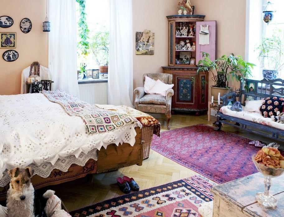 Romantiskt. Gamla vackert arbetade spetsar och spetsöverkast på sängarna. Täcke med så kallade mormorsrutor från Old Touch.