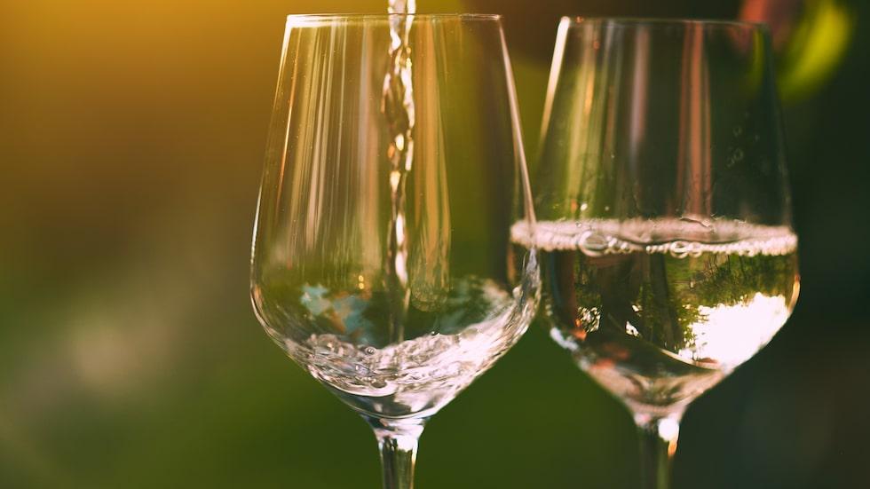 Många gillar att dricka ett glas vitt på våren.
