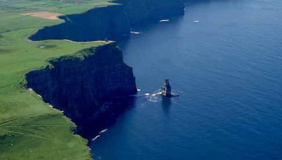 Svindlande utsikt från Cliffs of Moher, Connemara.