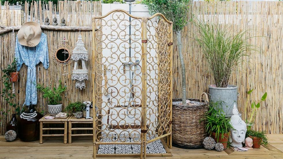 Att använda en gammal dörr som vägg för duscharmaturen blev en smart lösning.