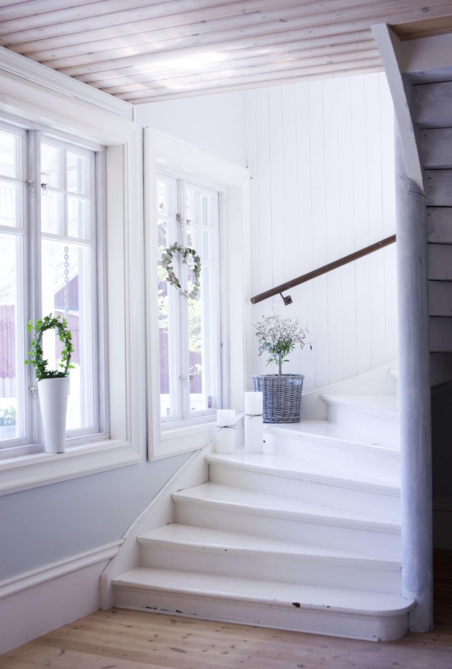 Fint i trappan<br>I trappan till övervåningen står en korg från Nordal, finns i Fias butik, Caesars hem.