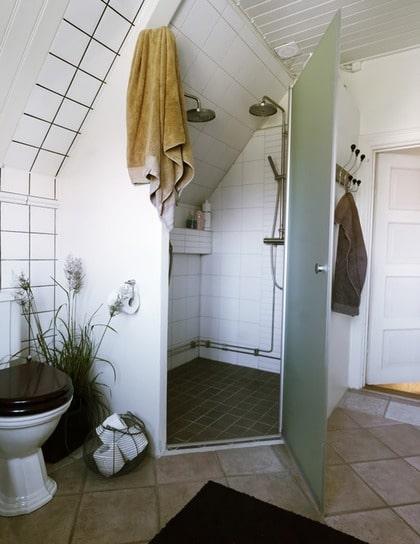 För två. Den generösa duschen med plats för två byggdes till när döttrarna växte. Både korgen med toalettpapper och handdukshängaren kommer från en kompis inredningsbutik, Khaki.se.