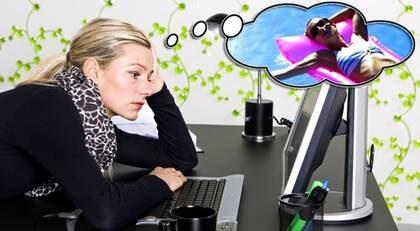 DRÖM DIG BORT IBLAND. Att tänka på semestern och planera för nya roliga saker är bra knep mot jobbångesten.