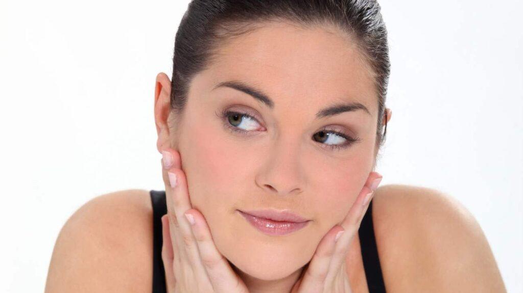 <p>Koll på vad serum är - och vad det gör med din hud? Experten guidar här till allt du behöver veta om de populära dropparna!</p>