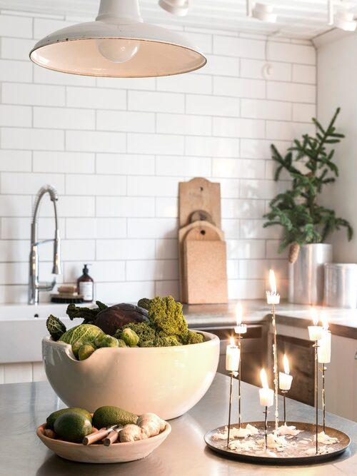 På köksön står en praktisk och fin stumpljustake från Eno design.