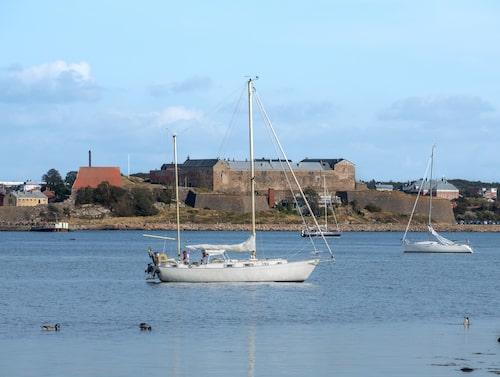 Skärgårdsvy med Varbergs fästning i bakgrunden.